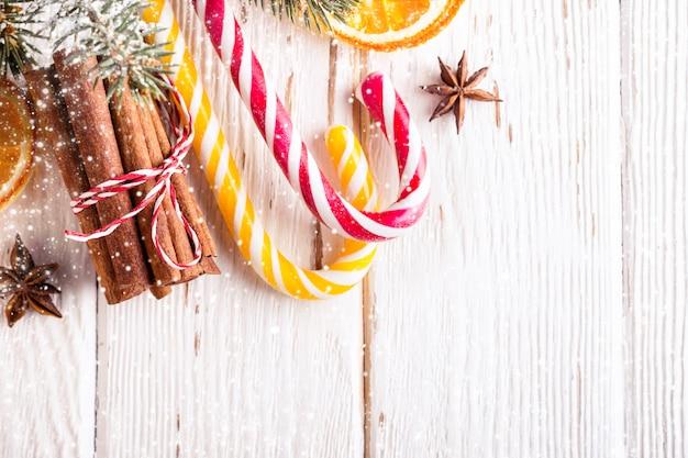 キャンディーとシナモンの棒でクリスマスの背景