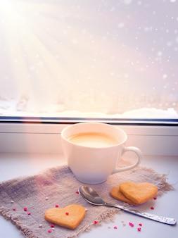 Утренний кофе и печенье в форме сердца
