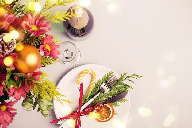 Праздничная рождественская сервировка стола.
