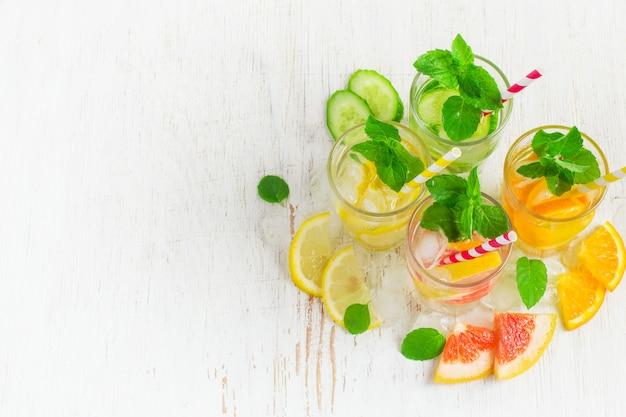 夏は氷、ミント、柑橘類で水を飲む