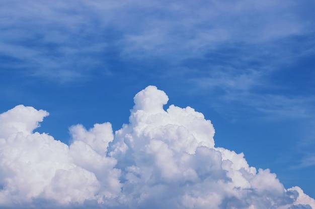 明るい晴れた日に白い雲と青い空