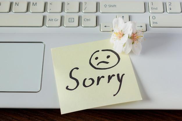手書きのメモはキーボード上にあります。