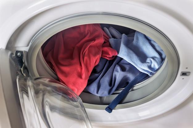 洗濯機の中の服