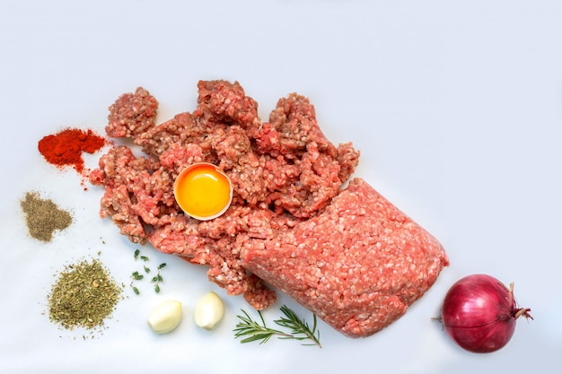 カツレツ、ハンバーガー、ミートボールを調理するためのコショウ、卵、ハーブおよびスパイスが入った生のひき肉。