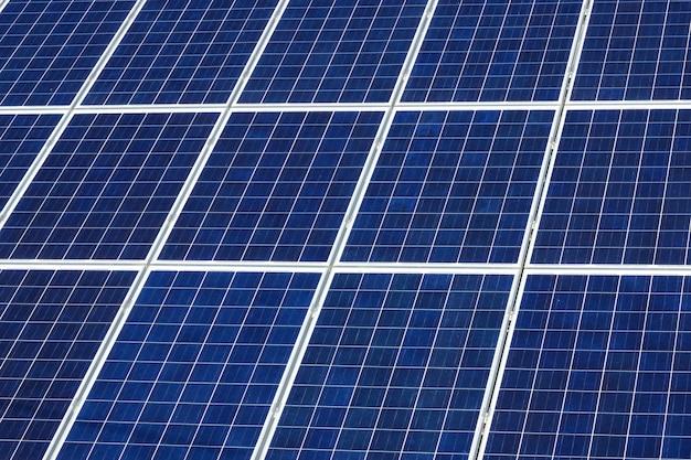 晴れた青い空の下で太陽電池パネル