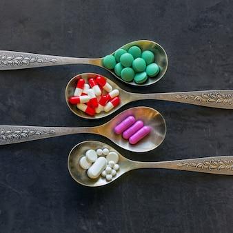 Много цветных таблеток и лекарств