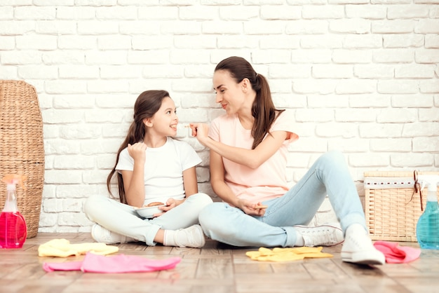 女性と彼女の娘は家を疲れさせた後に休む。