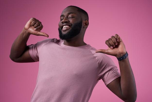 アフリカ系アメリカ人の男が分離されたポインティングポーズします。