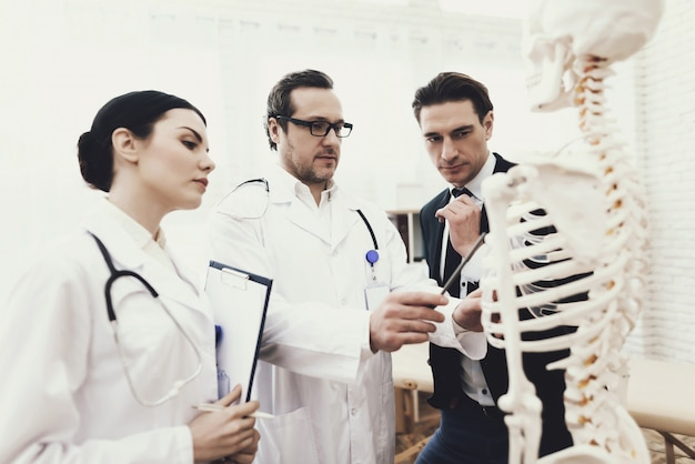 理学療法士は肋骨の問題領域を示しています。