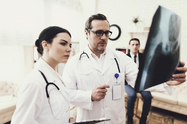 医療従事者は男性の医師と看護師です。