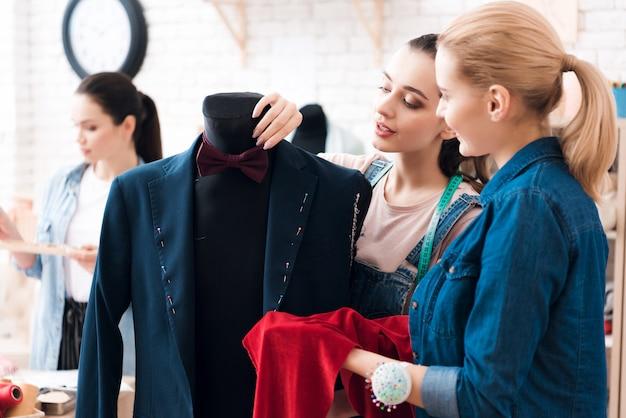 女性はスーツを一緒に使い、手で見せます