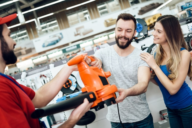 売り手はクライアントにリーフブロワーを見せています。
