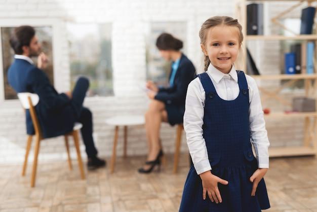 女の子は笑顔し、自宅のドレスに手をつないで