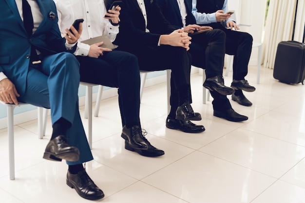 ズボンのクローズアップで男性の足の写真。