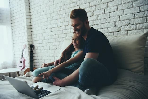 Отец-одиночка и дочь-подросток смотрят фильм