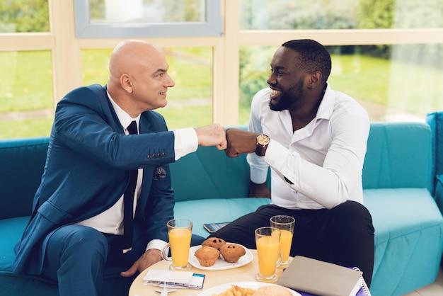男性は衣装を着て部屋で食事をしています。