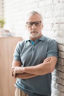 交差腕を持つメガネで自信を持って老人。