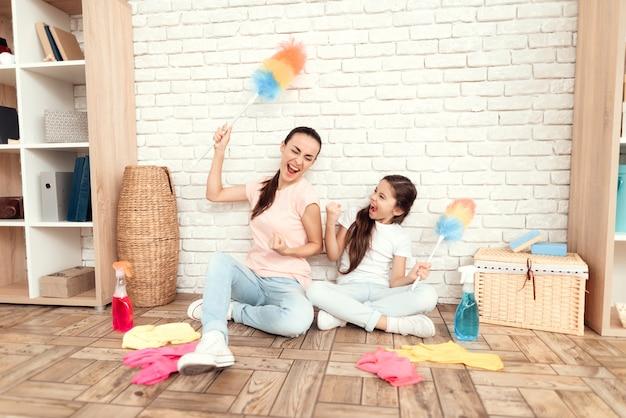 掃除のための在庫を持つ幸せな人々。