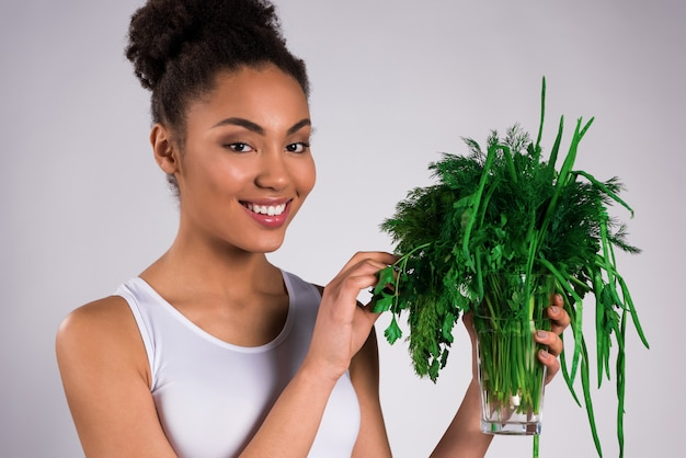 分離された緑を保持しているアフリカ系アメリカ人の女の子。