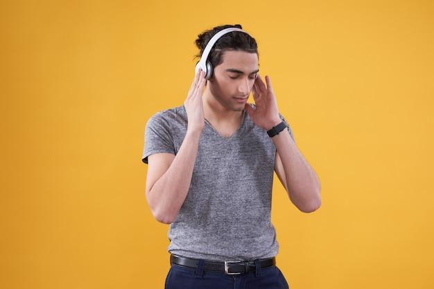 Ближневосточный человек слушая к изолированной музыке.