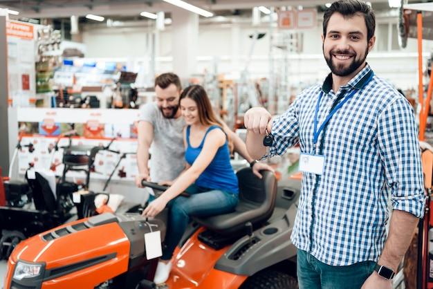 Клиенты выбирают уборочную машину в магазине