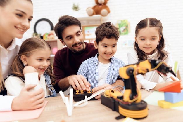 子供たちはロボットを見ています。