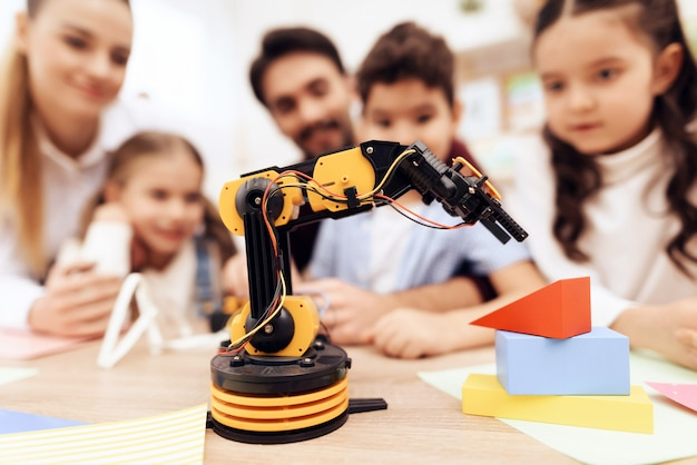 Дети смотрят на робота.