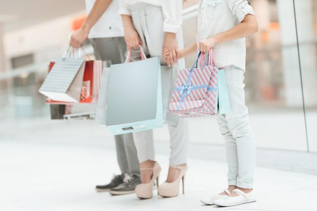Отец, мать и дочь в торговом центре.