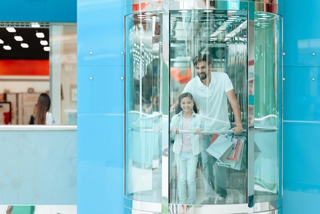 父と娘はエレベーターで降りています。