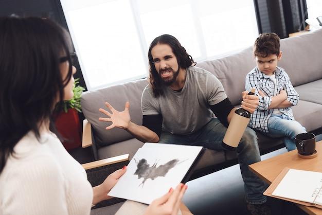 心理療法士はロールシャッハテストを開催しています。