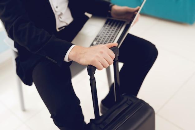 Крупным планом фото человека в зале ожидания в аэропорту.