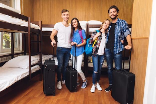 Мужчины получили чемоданы, женщины получили рюкзаки.