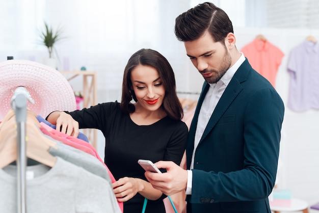 ドレスを着た女の子とスーツを着た魅力的な男性が買い物をしています。