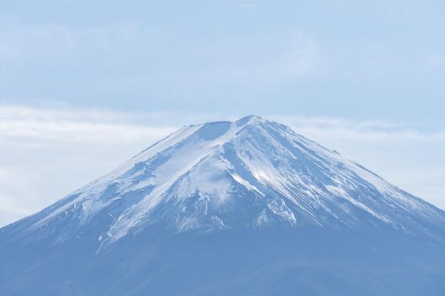 秋の季節に日本の河口湖で美しい山岳富士山