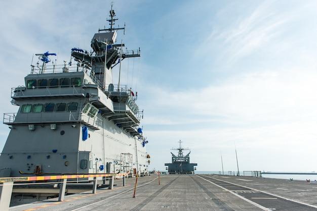 海軍基地の大型戦闘船
