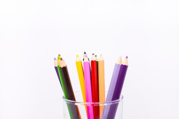 多くのカラフルなクレヨンやガラスのパステル(木製の鉛筆) - 戦略はコンセプトを選択します。