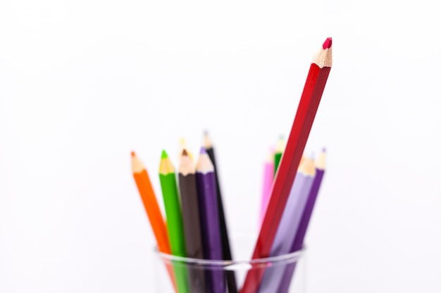 ガラスの多くのカラフルなクレヨンやパステル(木製の鉛筆)