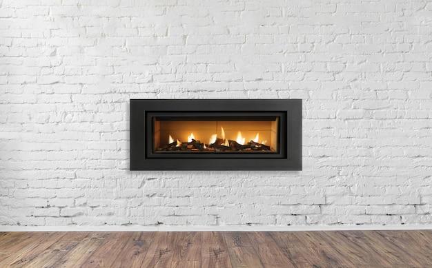 家の明るい空のリビングルームのインテリアの白いレンガの壁にガス暖炉