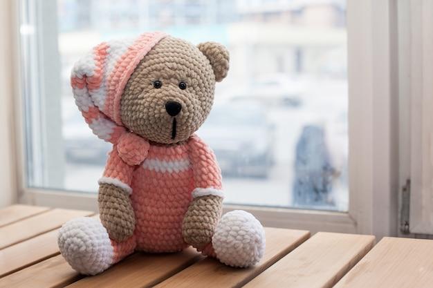 あみぐるみの編み方で編んだテディベアのおもちゃ