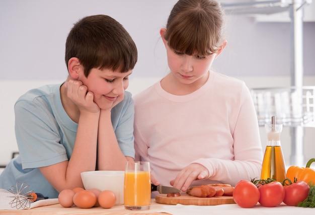 兄と妹が家で朝食用シリアルを食べる