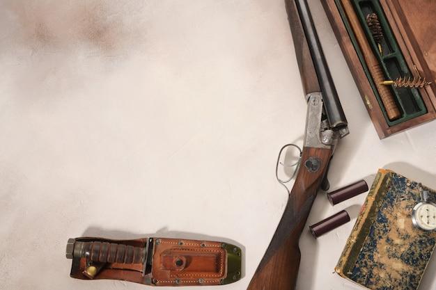 Концепция охоты с дробовиком, ножом и боеприпасами для охоты.
