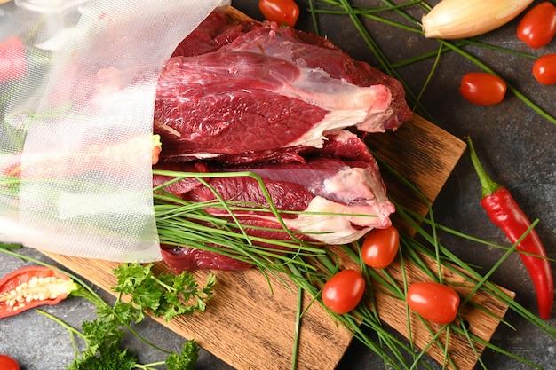 Сырое мясо с ингредиентами для приготовления пищи, вид сверху