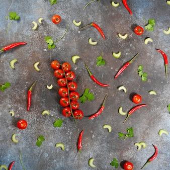 Вид сверху свежих овощей и ветки томатов черри