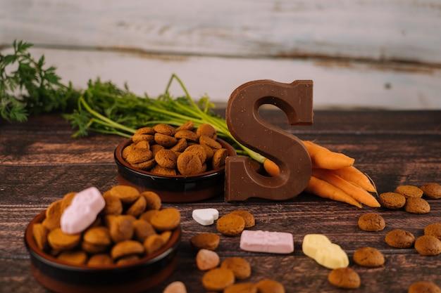 Фон голландского праздника синтеркласпепернотен, шоколадное письмо, конфеты строоигоед и морковь для лошади