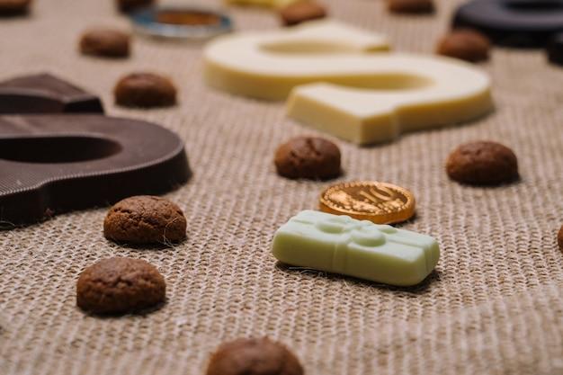 Традиционная еда для голландского праздника синтерклаас. шоколадное письмо, конфеты строоигоед
