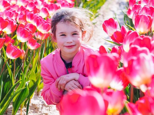 チューリップ畑の長い髪のかわいい子少女