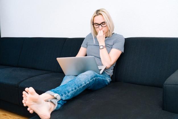 遠隔オンライン教育と仕事。家から離れて働く女性人のオフィス。