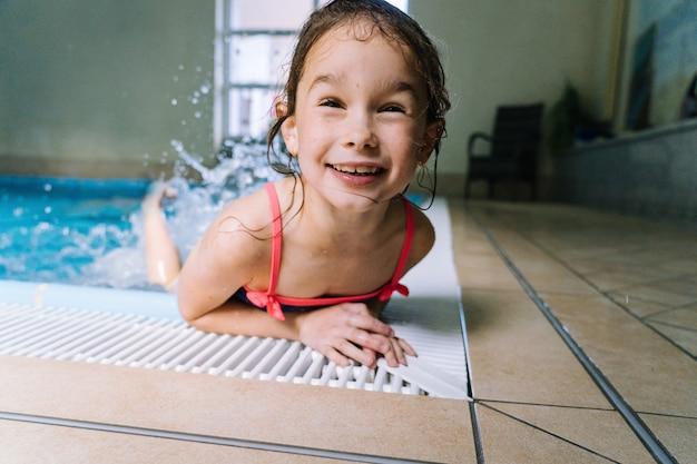 Девушка с удовольствием в крытый бассейн в спа-отеле.