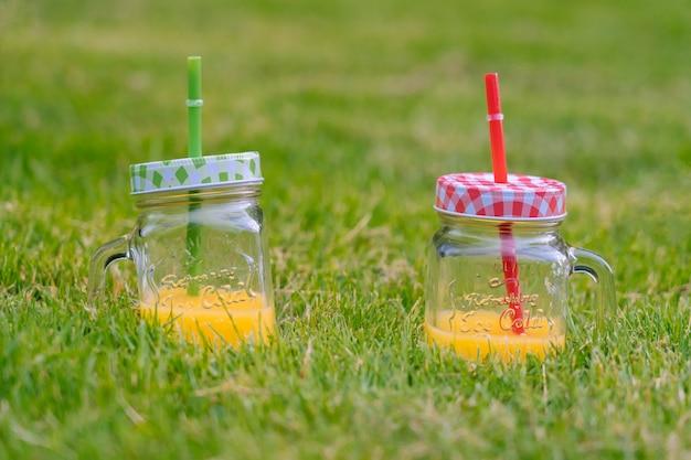 スイカ、フルーツ、ブーケアジサイ、ヒマワリの花と晴れた日の夏のピクニックコンセプト。