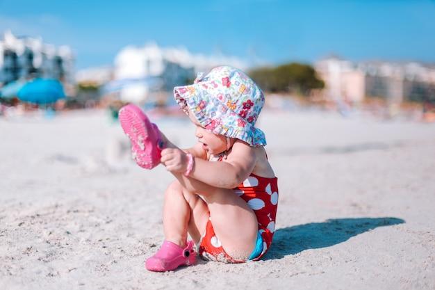 ビーチで遊ぶ赤ちゃん